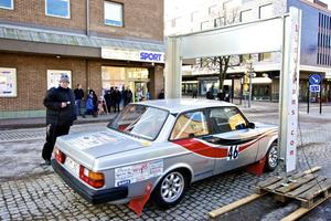 Här ska meriterade rallyföraren Mats Thorszelius från Uppsala ge sig i väg i en Volvo 242 från den ceremoniella starten vid Garvarns torg.