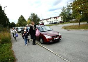 osäker miljö. Ju fler föräldrar som skjutsar sina barn till skolan med bil, desto mer osäker blir trafikmiljön för de barn som går och cyklar till skolan. Den här bilden är från 2007 då Arbetarbladet gjorde ett reportage om bilskjutsande till skolorna. Personerna på bilden var på väg till Ulvsätersskolan i Sätra.