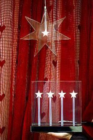 Foto: GUN WIGH Matchar. Adventsstjärna och ljusstake i matchande, stiliserande stil. Båda är gjorda i plexiglas och finns på Hemtex.
