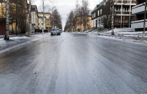 Vägar och trottoarer är täckta med blankis.