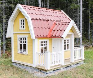 Lekstugan Djursholm från Lektema, här med midjepanel, altan, räcke och öppningsbara fönster.