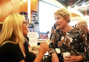 Konstnären Marina Jonsson och programledaren Linda Forss fikar med rawfood bollar.