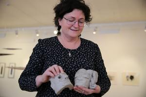 Kulturasmordnare Kristina Klockar med elevernas keramikfigurer.