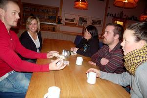 Clas Lindström, Christine Ivansson, Anna Sundin, Mattias Gustavsson och Lisa Lindström diskuterar överförfriskade gäster under fikapausen.