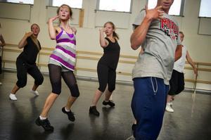 Linn Wiklund dansar balett, jazz och modernt. Hon gillar passets energi.