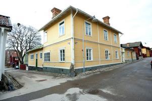 Huset vid Blindgatan blev skolhushåll åt barnen Larsson – Pontus, Lisbeth, Brita, Kersti och Esbjörn.