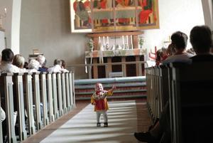 Roligt. En ung kulla i en 50-årig kyrka. Extrastolar fick sättas in när Enviken firade jubileumsmässa.