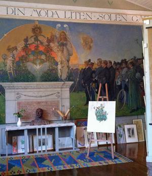 Carl Larssons ateljé står som han lämnade den. I förgrunden originalmålningen som han gjorde till Norra latin i Stockholm. Han fick måla om den, skolledningen ville inte ha med ängeln i målningen.
