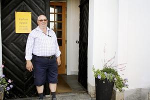 Tar emot besökare. Sven-Inge Carlsson är numera pensionär och har tidigare varit kyrkopolitiker. Han är född i Småland men har bott i Närke i snart 40 år.