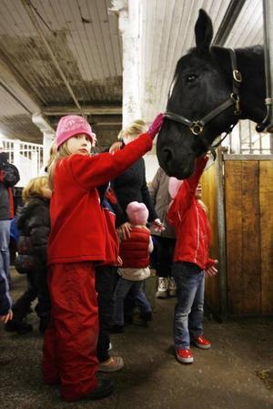 Klara Gröndahl, sex år, hälsar på Four Seasons.