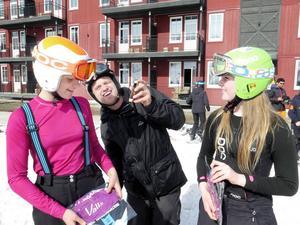 Ella Odlander och Ellen Olofsson, två av få tjejer, klarade sig ganska torra över vattengraven. Daniel Odlander plåtade.