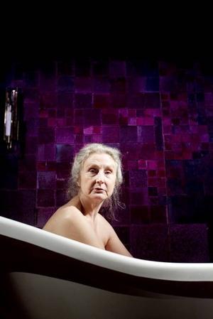 """Vanja i badet.  I rollen som änkan Mallis i lördagens Folkteaternpremiär """"Sin ensamma kropp"""" efter Elsie Johanssons roman."""