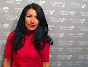 Amineh Kakabaveh (V) träffade VLT:s kulturredaktör Erik Jersenius i riksdagshuset.