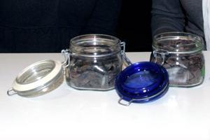 Till vänster hudgodis med älglever och blåbär, till höger är det älghjärta och lingon.
