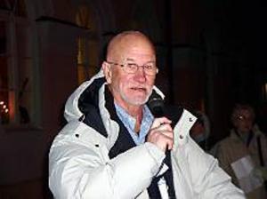 Foto: KARIN BERGKVIST Drog publik. Bosse Larsson stod för underhållningen när Storviksnatta arrangerades på torsdagen.