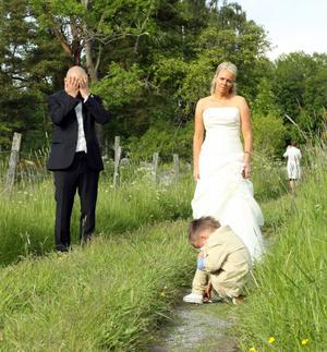 Barn har en egen vilja och vill inte alltid göra som föräldrarna samt fotografen vill. Bra bild blev det samt bra sinnesnärvaro hos fotografen att just då knäppa bilden.