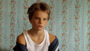 Laure (Zoé Héran) trivs bäst som kille och presenterar sig som Mikael för sina nya kompisar.