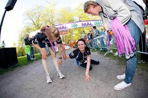 Vinnaren Michaela Hallqvist tog igen sig lite efter att ha tagit sig i mål. Hon fick hjälp upp på fötter av tvåan Sandrine Müller, till vänster.Johan Svantesson från Gefle IF delade ut medaljer.