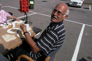 Sven Rotberger från Sörbo utanför Bollnäs brukar åka till Edsbyn och äta surströmming varje år. Två plastgafflar bröts av under årets övningar, men surströmmingen som serverades är väldigt bra, tycker Sven som dock ratar romen.