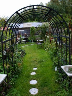 En av många alléer och miljöer i trädgården. Foto:Seth Jansson