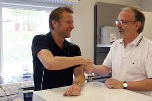Ägarbyte i Elbutiken. Tomas Wickman, till vänster, tar över efter Rolf Norberg, som ägt företaget i 22 år.