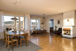Vardagsrum. Utgångspriset är satt till 3 200 000 kr. Lägenheten har en månadsavgift på 1 973 kr i månaden.  Foto: Mikael Frisk