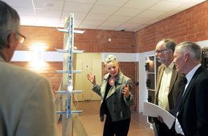 Åklagare Åse Schoultz visar för rätten hur tornets stege är konstruerad och varför det blev förödande när en skarv inte hade skruvats fast.