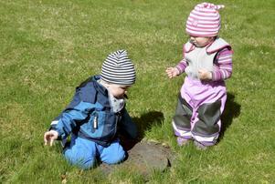 Kevin Stenquist och Wilma Stenklyft har hittat en brunn mitt i gräsmattan.