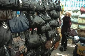 Det är inte så lätt att bestämma sig för en ny handväska när det finns ett överflöd att välja mellan. Hos läderhandlarna gick det även att skaffa sig livrem och plånbok anpassade efter den anstängda världsekonomin.