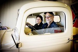 Christer och Susanne Peterson trivs i sin Chevrolet Truck Master från 1938.