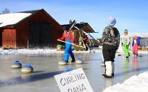 Det var aningen blött men curlingspelarna körde på ändå.