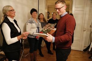 Rickhard Voigt tar emot Peter Bronsmans utmärkelse av Ulla-Britt Norgren från Företagarna Bergslagen.