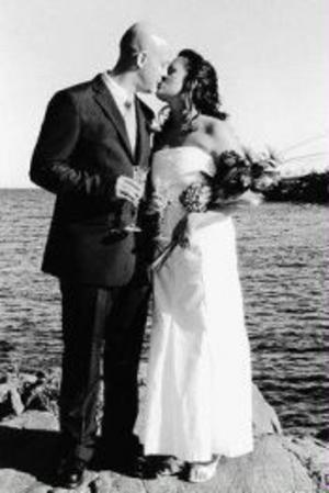 Daniel Forsberg och Anette Jansson, Kvissleby, har den 27 augusti vigts vid havet söder om Galtström. Vigseln förrättades av Per Gustaf Hegner. Paret tar efternamnet Forsberg.Foto: Lotta Jansson