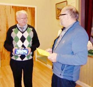 Krokomskretsens vice ordförande Leif Olsson överlämnade en gåva till Evert Jonsson för hans insatser som ordförande i närmare 20 år.