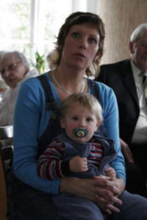 Ger elever vuxenstöd i skolan. Therese Söderlind, här med sonen Wilmer och ett barn på väg, välkomnades i sitt nya värv vid en sammankomst i Gnarp på söndagen. Foto: Eva Andersson