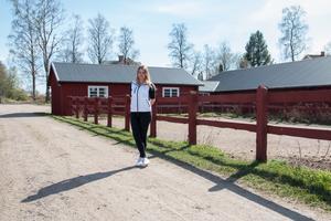 Johanna Hildingsson framför lokalerna där det kommer att bli mejeri och såperi.