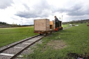 Carl Larsson rullar fram på sin egen järnväg, med möjlighet att ta upp passagerare.