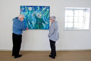I januari och februari visades Berta Hanssons konst i Stockholm och i sommar blir det en utställning i Skellefteå. Men från och med i dag och tre veckor framåt finns hennes tavlor på Ahlbergshallen i Östersund. Syskonbarnen Thomas Olofsson och Birgitta Larsson har varit med och hängt. Foto: Ulrika Andersson