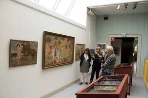 Två som arbetat med utställningen är från vänster Ellen Hyttsten, ordförande i Jämtlands läns konstförening och Christina Wistman, konstansvarig på Jamtli. Här begrundar de målningen