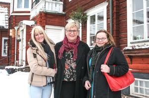 Sharon Vanessén, Sonja Björkens och Annette Falk utanför Café Wahlman i Hedemora. Fast det är mitt i vintern planerar de redan för Konstrundan i slutet av maj.