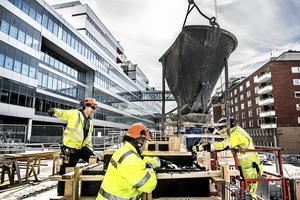 """Fackförbundet Byggnads välkomnar arbetsgivarens invit om samarbete för bättre villkor på byggena. """"Ska vi börja med att stoppa diskrimineringen av utländsk arbetskraft och se till så att alla som jobbar ute på våra svenska byggen...får en lön som går att leva på i Sverige? skriver förbundet i en debattartikel."""""""