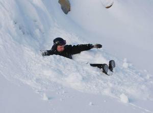 Inte lätt att ta sig fram för en liten grabb i det här snödjupet. Det är nog så jobbigt för Kalle Nordin.