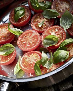 Långsamt ugnstorkade tomathalvor får fantastisk smak. Passar till det mesta, så även till kräftor.   Foto: Dan Strandqvist