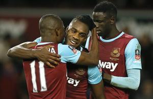 West Ham är vidare i FA-cupen. Här gratuleras Michail Antonio efter West Hams 1–0.