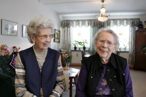 """NÖJDA. """"Nu känner vi oss trygga"""", säger Berta Bladlund, 92, och Anna Maria Åhlén Ramstedt, 97."""