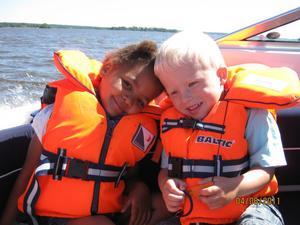 Edvin och Filippa, båda 4 år, på båttur i Mälaren i somras.