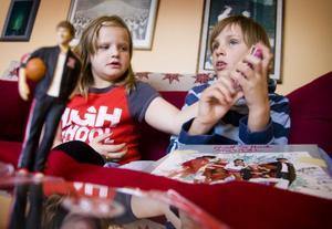 Tilda Nyberg och Herman Häggström är åtta år och älskar High school musical-filmerna.