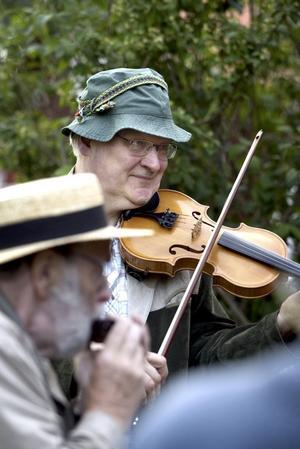 Grön. Fjolspelaren Pär Frejd bar klädsam hatt på kvällsarrangemanget. Foto:Karin Rickardsson