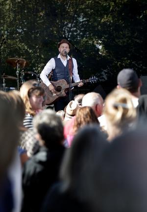 Stiko Per Larsson uppträdde på Insjödagen. Nyss hemkommen från LIF-kryssningen så spelades inte helt oväntat låten Bröder inför Insjön - och Leksandsborna.