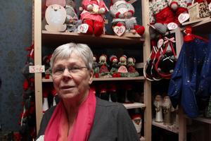 Slöjdar och säljer lotter. Kerstin Persson har varit medlem i Folkärna Hembygdsförening i nästan femtio år.